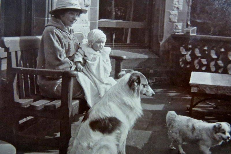 Marjorie Ide Leslie and her daughter Anita in 1914.