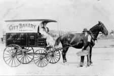 1914 photograph of the City Bakery horse-drawn delivery wagon.